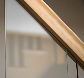 Inline glass balustrade for staircases with oak
